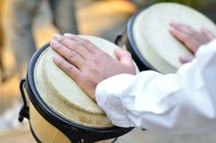 Мужская рука сверх на барабанчике Стоковые Фотографии RF