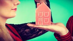 Мужская рука с меньшим красным домом Стоковое фото RF