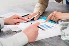 Мужская рука указывая на деловой документ во время обсуждения на mee Стоковое Фото