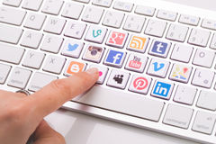 Мужская рука указывая социальное собрание логотипа средств массовой информации напечатала стоковое изображение rf