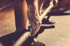 Мужская рука powerlifter в тальке подготовка перед поднимать весы тонизированное изображение стоковые изображения rf