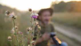 Мужская стрельба фотографии в красивой внешней установке сток-видео
