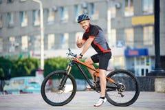 Мужская тренировка велосипедиста на велосипеде после трудного рабочего дня Стоковое Фото