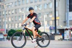 Мужская тренировка велосипедиста на велосипеде после трудного рабочего дня Стоковые Изображения RF