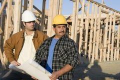 Мужские архитекторы на строительной площадке Стоковые Фото