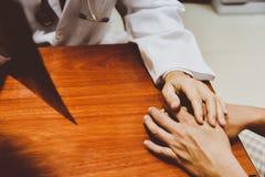 Мужские доктора говорят к женским пациентам; обработка; Потребление наркотиков Стоковые Изображения