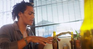 Мужские друзья взаимодействуя друг с другом пока имеющ пить 4k сток-видео