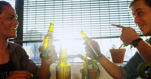 Мужские друзья провозглашать пивные бутылки 4k видеоматериал