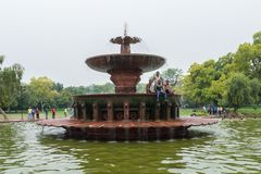 Мужские индейцы принимая ливень в фонтане Стоковое Фото