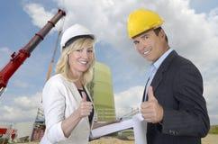 Мужские и женские архитектор и строительная площадка стоковые изображения rf