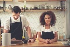 Мужские и женские бармены стоя на счетчике Стоковые Изображения RF