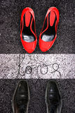 Мужские и женские ботинки на асфальте, concep влюбленности Стоковое Изображение RF