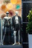 Мужские и женские манекены в нижнем белье сексуального или масленицы на витрине ночи Одежда и женское бельё Стоковое Изображение RF