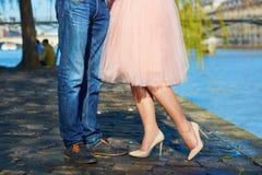 Мужские и женские ноги во время даты Стоковое Изображение