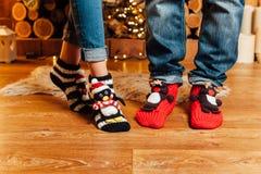 Мужские и женские ноги в веселых шерстяных носках Стоковое фото RF