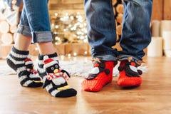 Мужские и женские ноги в веселых шерстяных носках Стоковое Изображение RF