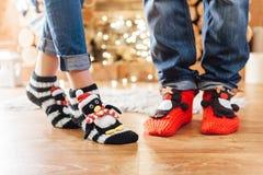 Мужские и женские ноги в веселых шерстяных носках Стоковые Изображения