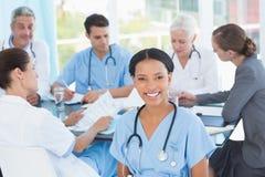Мужские и женские доктора работая на отчетах Стоковые Изображения