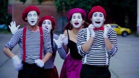 Мужские и женские пантомимы имитируют автомобильную катастрофу сток-видео