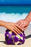 Мужские и женские руки при обручальные кольца wedding букет лежа o Стоковые Фото