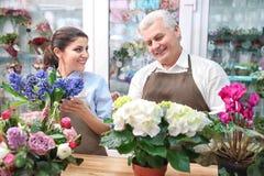 Мужские и женские флористы Стоковое фото RF