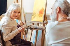 Мужские и женские художники говоря друг к другу Стоковые Изображения