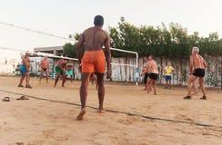 Мужские кавказцы, арабы, африканцы играя волейбол на пляже на заходе солнца Египет Hurghada Золотой 5-ое октября 7, 2016 стоковые фотографии rf