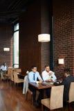 Мужские коллеги имея перерыв на чашку кофе Стоковые Изображения RF