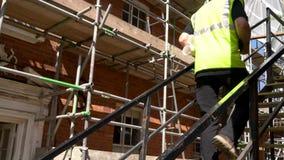 Мужские мастер, работник или архитектор построителя работая на строительной площадке конструкции держа строя планы видеоматериал