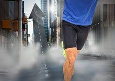 Мужские ноги бегуна на стрелке сформировали дорогу в улице Стоковое Изображение