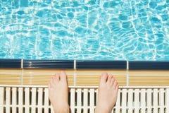 Мужские ноги в бассейне счастливые праздники стоковое изображение