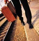 Мужские ноги и чемодан Стоковое Изображение