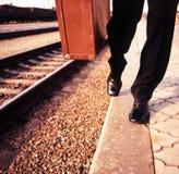 Мужские ноги и чемодан Стоковые Фото