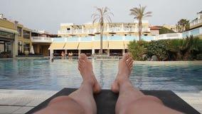 Мужские ноги около танцев бассейна сток-видео