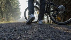Мужские ноги с велосипедом Стоковая Фотография
