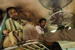 Мужские пассажиры безоговорочного общего класса тренируют в Индии Стоковое фото RF