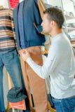 Мужские продажи ассистентские в магазине одежды стоковые фотографии rf