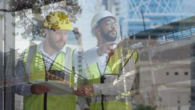 Мужские рабочий-строители держа светокопии иллюстрация вектора