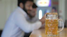 Мужские друзья выпивая концепцию пива сток-видео