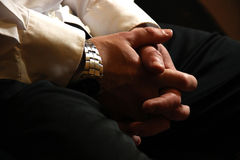 Мужские руки бизнесмена в замке на его коленях Ждать встречу, рекрутство, завербовывая, ищущий работы владение домашнего ключа пр Стоковое Изображение