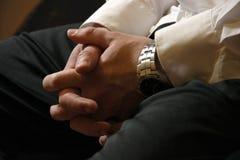 Мужские руки бизнесмена в замке на его коленях Ждать встречу, рекрутство, завербовывая, ищущий работы владение домашнего ключа пр Стоковые Фотографии RF