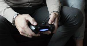 Мужские руки бизнесмена держа регулятор сток-видео