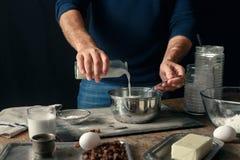Мужские руки варя плюшки пасхи теста перекрестные Стоковое Изображение RF