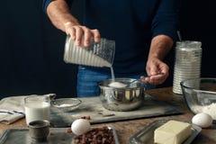 Мужские руки варя тесто для плюшек пасхи перекрестных Стоковые Фото