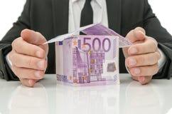 Мужские руки вокруг дома денег Стоковая Фотография RF