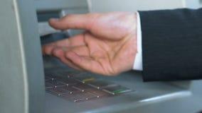 Мужские руки входя в код штыря на ATM и получая японские иены, банковское обслуживание видеоматериал