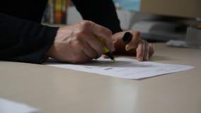 Мужские руки выделяя текст на документе акции видеоматериалы