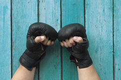 Мужские руки в перчатках для класть в коробку Стоковая Фотография