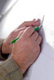 Мужские руки в чертежах Стоковое фото RF