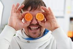 Мужские руки держат плодоовощ отрезка на уровне глаз Стоковое Фото